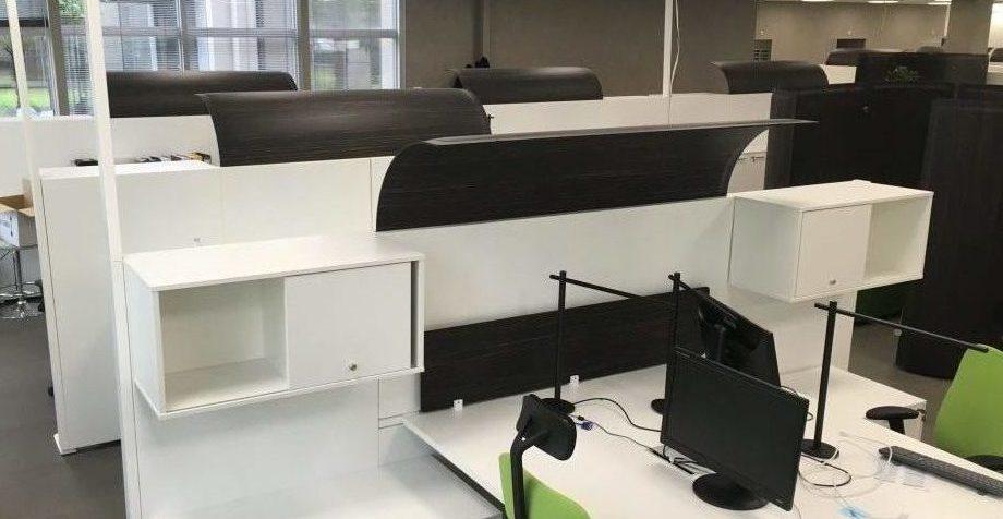 panneaux acoustiques de séparation entre des bureaux pour réduire les nuisances sonores