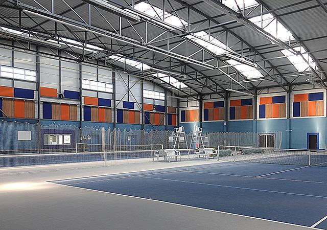 Isolation acoustique avec panneaux muraux dans la salle multisports de Saint-Cyr-en-Val