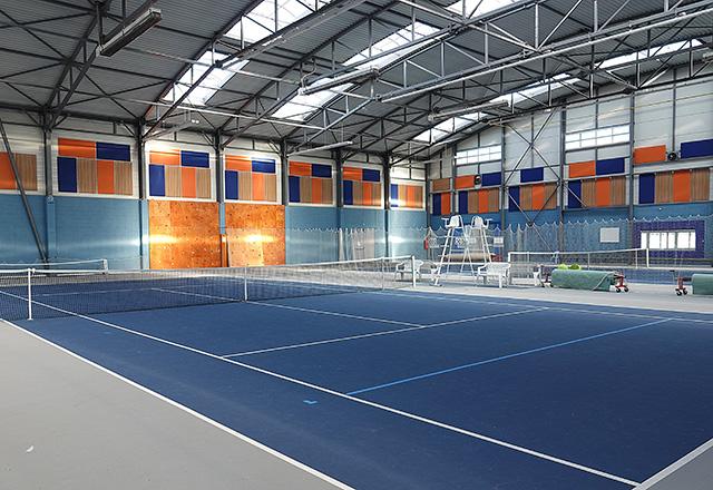 Isolation acoustique avec panneaux muraux multicolores dans la salle multisports de Saint Cyr en Val