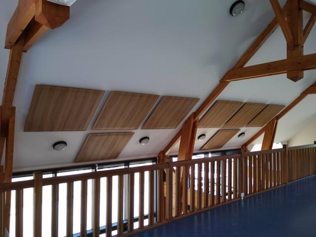 Traitement de la réverbération avec panneaux acoustiques SOUND dans la salle polyvalente de Siouville-Hague