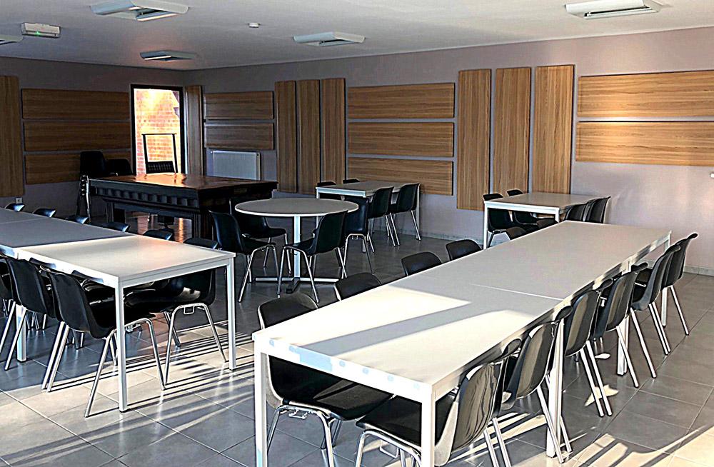 Traitement acoustique avec de panneaux muraux en bois spécial réverbération dans la salle des fêtes de Genech
