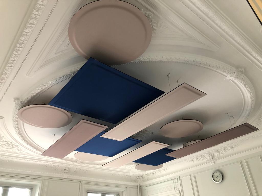 Pose de panneaux acoustiques suspendus ROOF dans une salle de réunion à Paris par DP-Acoustique