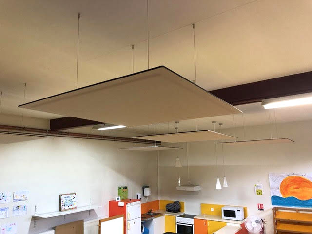 Panneau suspendu pour isolation acoustique au centre de loisirs de Crécy la Chapelle