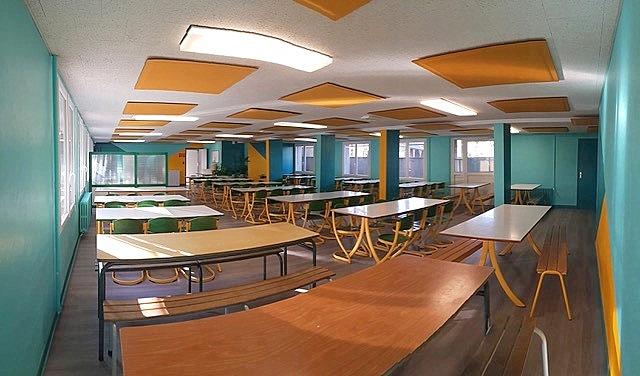 Installation de panneaux acoustique ROOF en tissu dans le restaurant scolaire de l'école Jules Verne