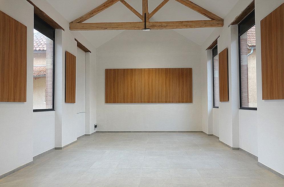 Isolation acoustique avec panneaux anti-bruit en bois à la salle des fêtes Gaujan
