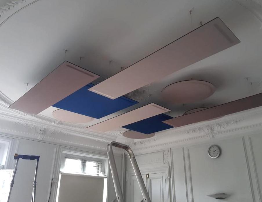 Fixation de panneaux acoustiques suspendus ROOF au plafond d'une salle de visioconférence