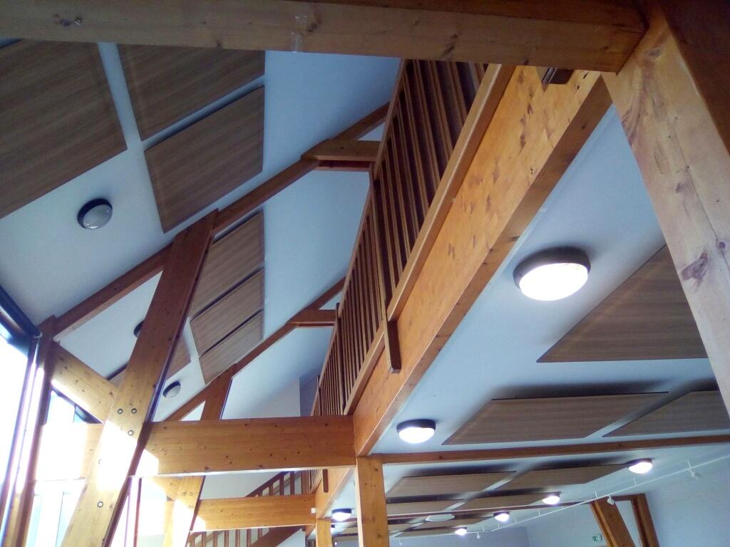 Traitement des bruits aériens dans la salle d'exposition de Siouville-Hague avec panneaux acoustiques finition bois SOUND DP-Acoustique