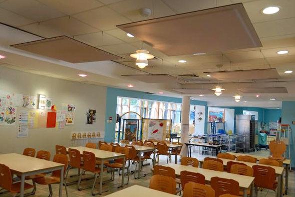 Pose de panneaux acoustique suspendus à la cantine de l'école de Saint Brévin les Pins