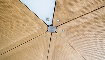 Exemple de finition bois pour plafond acoustique Sky System